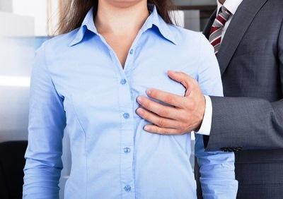 胸と乳首を触られる